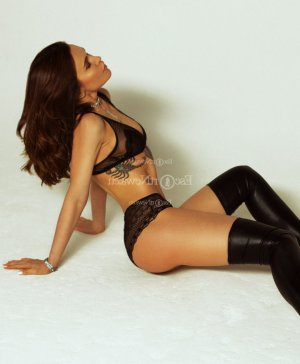 Lisa-mary erotic massage and live escort